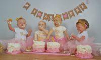 この女の子達の1歳のお誕生日のケーキが凄すぎる